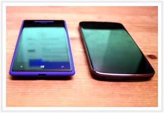 HTC WP 8X und LG Nexus 4 nebeneinander - der Größenunterschied ist marginal